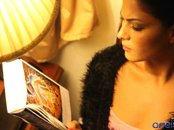 Veena Malik  reading Bhagwat Geeta 2