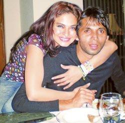 Mohammed Asif, the pakistani cricketer with Veena Malik[1]